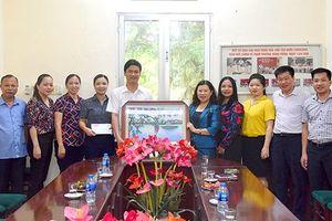 Phó Chánh án TANDTC Nguyễn Thúy Hiền trao quà cho Quỹ khuyến học tại thị xã Phú Thọ