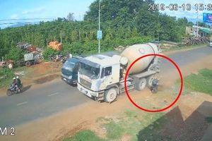 Qua đường không quan sát, người phụ nữ suýt mất mạng dưới bánh xe bồn