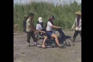 2 cô gái lao xe vào đường đang đổ bê tông khiến nhiều người ngán ngẩm