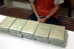 Bắt giữ đối tượng người Lào vận chuyển 30 bánh heroin