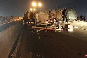 Cầu Phú Mỹ 'tê liệt' vì xe tải lật ngang giữa đường