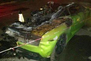 Người đẹp chỉ biết 'câm nín' xót xa chứng kiến siêu xe Lamborghini Gallardo của mình bị lửa thiêu rụi