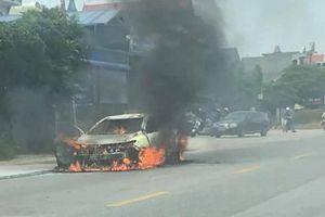 Xe Toyota Vios bốc cháy dữ dội giữa trưa nắng
