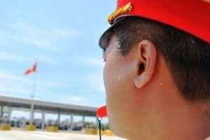 Lực lượng CSGT phơi mình làm nhiệm vụ giữa trời nắng nóng trên cao tốc
