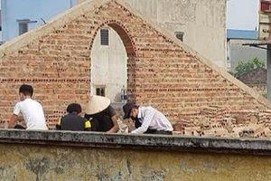 Học sinh ở Bắc Ninh bị phạt đội nắng đẽo gạch trên mái nhà: Hiệu trưởng nói gì?