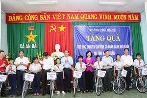 Đoàn công tác TP Hà Nội tặng quà gia đình chính sách tại tỉnh Ninh Thuận