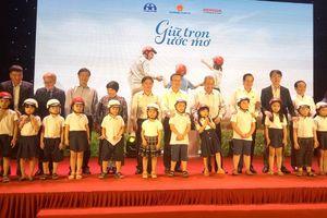 Trao tặng hơn 1,9 triệu mũ bảo hiểm cho học sinh lớp 1 toàn quốc