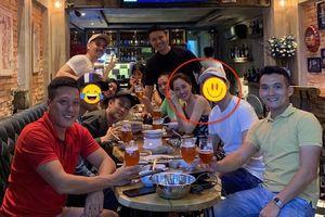 Khéo léo che mặt chàng trai ngồi cạnh Bảo Anh nhưng Dương Triệu Vũ lại để lộ danh tính chỉ vì 'sơ hở' này
