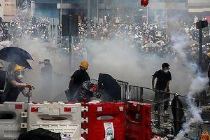 Hong Kong chìm ngập trong hơi cay và bạo loạn