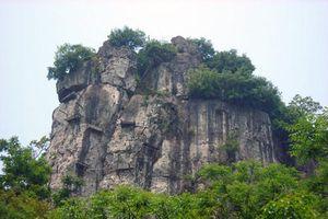 Vì sao người xưa treo quan tài trên vách đá cheo leo?