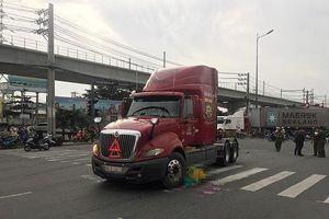 Va chạm kinh hoàng với container, cụ ông 70 tuổi bị cuốn vào gầm xe tử vong thương tâm