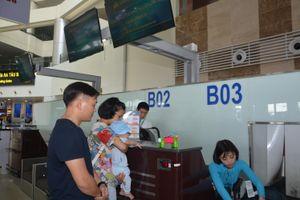 Gia đình có người già, trẻ nhỏ làm thủ tục máy bay tại quầy riêng