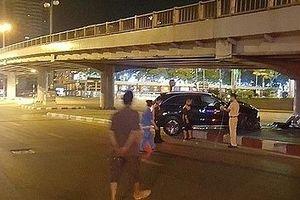 Hà Nội: Xe Mercedes nát đầu sau cú tông vào chân cầu vượt Láng Hạ
