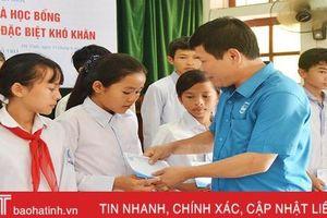 Trao tặng học bổng cho học sinh Hà Tĩnh hoàn cảnh khó khăn