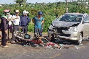 Xe máy chạy lấn làn tông ô tô, hai thanh niên bị thương nặng
