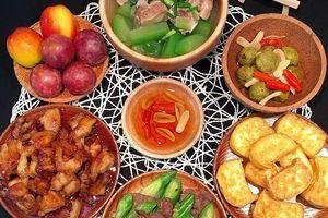 Hôm nay ăn gì: Thịt sốt chua ngọt, canh bí đao nấu sườn