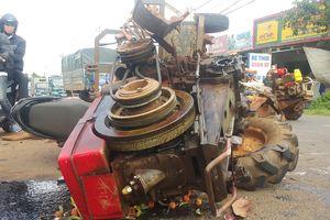 Máy cày gãy trục tông xe máy, 10 người bị thương