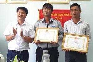 Hành động đẹp của hai nhân viên BQL Bán đảo Sơn Trà đối với du khách