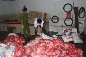 Hơn 1,6 tấn thịt bốc mùi và nhiều lợn chết bị đem vứt dưới suối