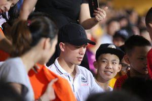 Ngồi khán đài xem Hà Nội FC, Đình Trọng và Duy Mạnh bị CĐV vây kín