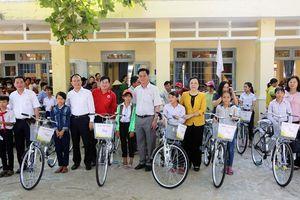 Đoàn công tác thành phố Hà Nội tặng quà tại tỉnh Phú Yên
