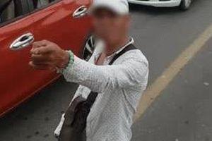 Thanh niên dùng xe máy chặn đầu xe buýt giữa cầu Chương Dương, cầm hung khí định 'xử' tài xế