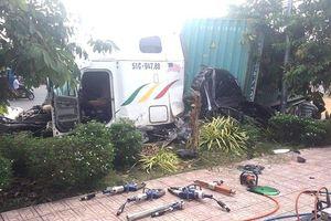 Kinh hoàng phút container tông ô tô làm 5 người chết