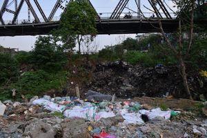 Bãi rác thải dưới chân cầu Long Biên: Chính quyền địa phương bất lực?