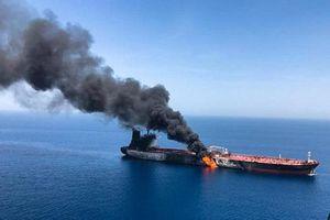 Hình ảnh tàu chở dầu bốc cháy ngùn ngụt trên Vịnh Oman