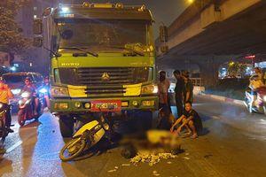 Dừng chờ đèn đỏ, 2 phụ nữ bị xe tải Howo tông thương vong