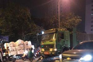 Ô tô tải đâm vào xe máy đang dừng chờ đèn đỏ, 2 phụ nữ thương vong