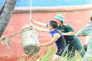 Hà Tĩnh: Trục vớt quả bom 400kg dưới lòng sông Lam