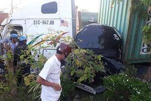 Container húc xe ôtô bẹp dúm, nhiều người trên xe tử vong