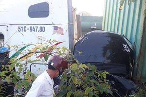Hiện trường thảm khốc vụ ba người trong gia đình bị container tông tử vong, mắc kẹt trong xe ô tô