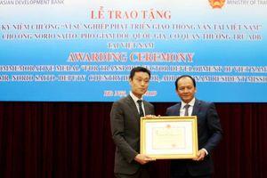Phó giám đốc quốc gia ADB Việt Nam nhận Kỷ niệm chương GTVT
