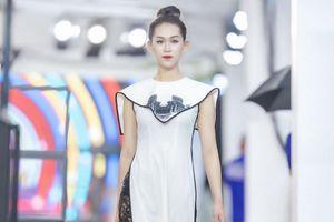 Hà Duy mang áo dài Thánh địa Mỹ Sơn trình diễn ở Trung Quốc