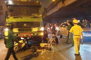 Dừng đèn đỏ, 2 người phụ nữ bất ngờ bị xe tải cuốn vào gầm, 1 người tử vong