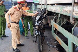 Người phụ nữ may mắn thoát chết bò ra từ gầm xe container sau tai nạn