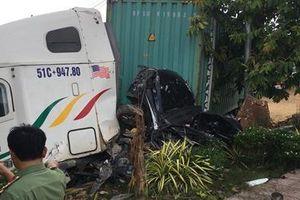Mất lái, container tông ôtô, 5 người tử vong