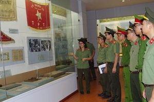 Công an tỉnh Hà Nam tham quan triển lãm 'CAND khắc ghi lời Bác'