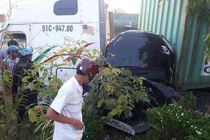 Nóng: Xe container va chạm kinh hoàng với ô tô, ít nhất 3 người bị đè bẹp dúm tử vong trong xe