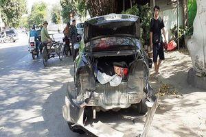 Xe hiệu Mazda CX5 'điên' tông người đang lấy đồ cốp xe hơi