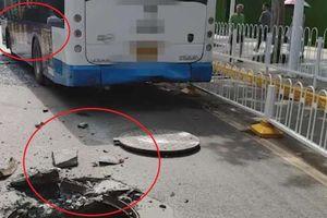 Nổ nắp cống, xe buýt đi ngang bị vỡ cửa kính