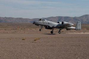 Cường kích A-10 thể hiện bản lĩnh với màn hạ cánh xuống đường đất