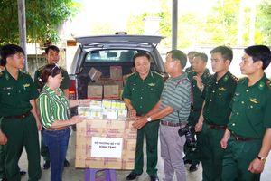 Trao tặng thuốc cho 2 trạm 'Quân dân y kết hợp' trên biên giới Hà Tĩnh