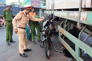 Người phụ nữ thoát chết sau khi bị cuốn vào gầm xe container