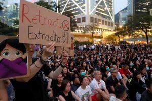 Hong Kong hoãn thi hành vô thời hạn dự luật dẫn độ sau 1 tuần biểu tình dữ dội