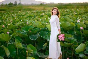 Lại có thêm một hotgirl 9X người Ukraine 'chinh phục' áo dài trắng và hồ sen, nhận về hơn 20 nghìn lượt thích