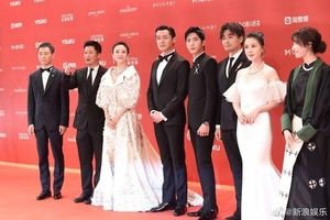 Thảm đỏ 'LHP Thượng Hải 2019': Vương Gia nâng váy giúp Quan Hiểu Đồng, Lộc Hàm tạo dáng nhí nhố