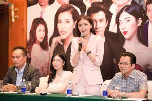 Cao Thái Hà diện suit hồng cá tính đến họp báo phim 'Bão ngầm'